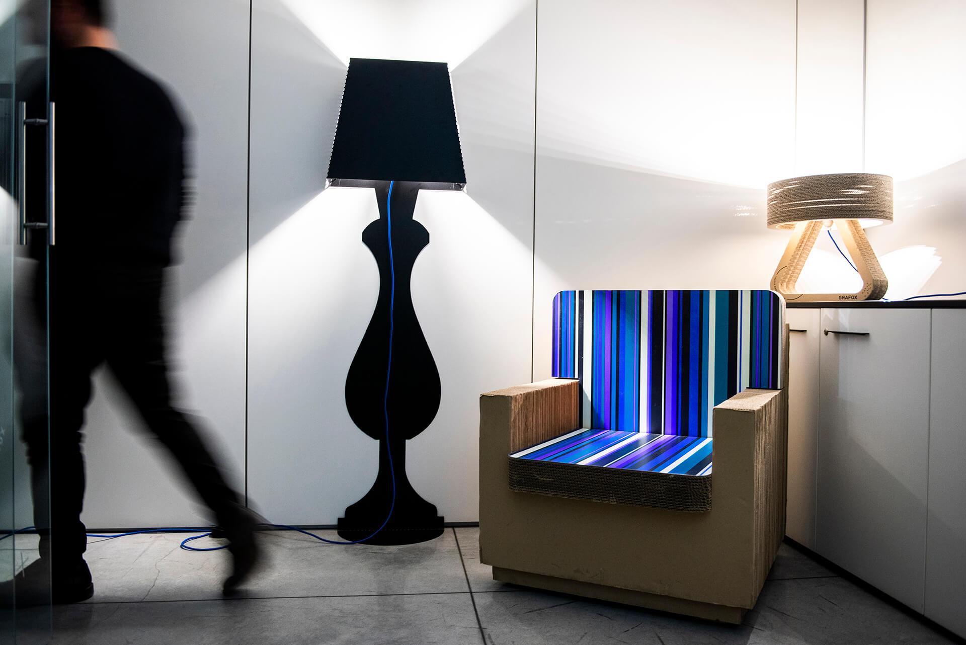 GRAFOX - Lampada in alluminio, Poltrona e lampada in cartone