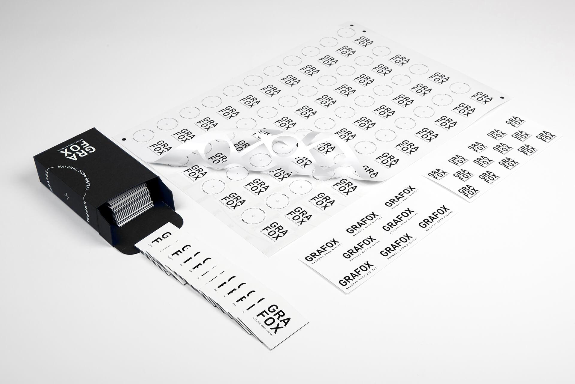GRAFOX - Adesivi su carta e poliestere con formati personalizzati